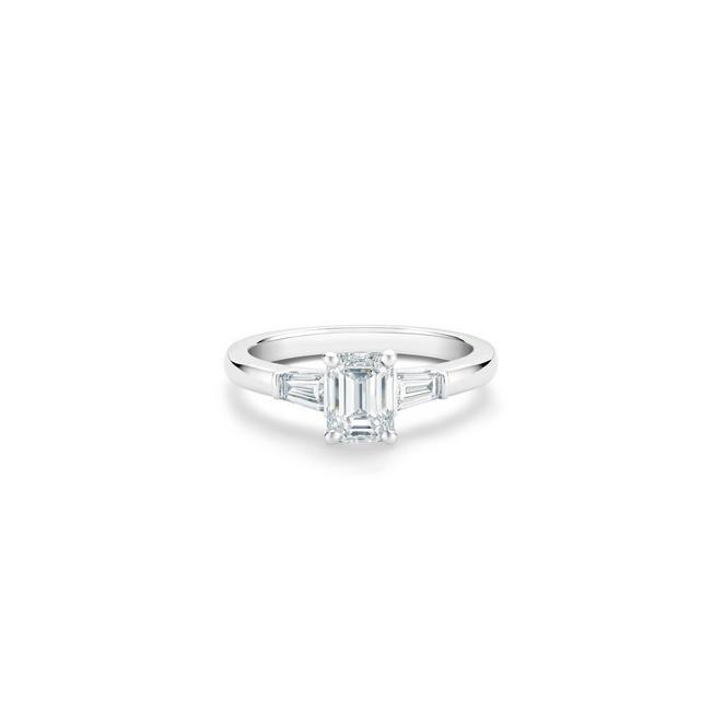 Solitaire DB Classic taille émeraude et diamants latéraux taille trapèze